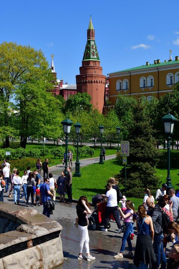 Moscou, Rússia - 12 de maio 2018 Os povos em Alexander Garden no fundo do arsenal de canto elevam-se imagem de stock royalty free