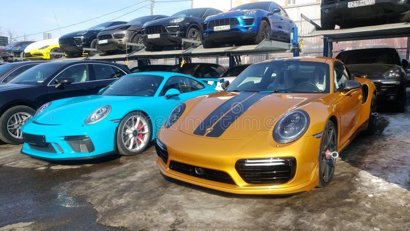 Moscou, Rússia - 9 de maio de 2019: Porsche dourado 911 séries exclusivas Edi??o limitada Número três cem trinta e sete No arquiv imagens de stock royalty free