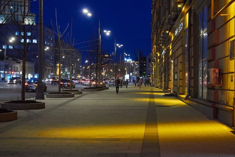 Moscou, Rússia - 12 de maio de 2017: Rua de Moscou na noite fotos de stock