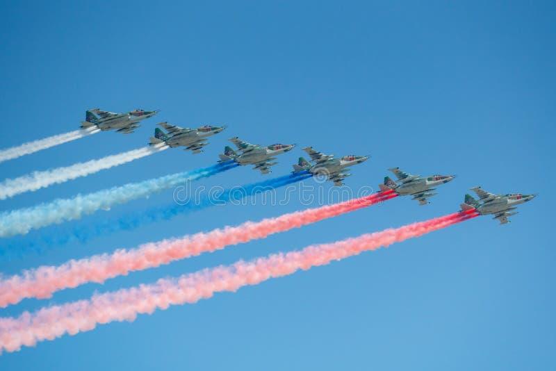 Moscou, R?ssia - 7 de maio de 2019: Seis avi?es de ataque Su-25 do c?u azul colorido centro da avia??o de Lipetsk com fumo nas co imagens de stock
