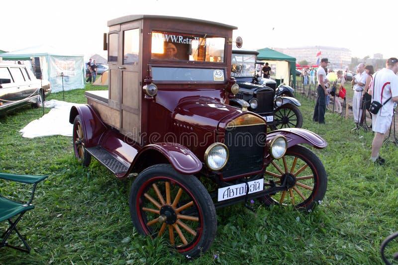 Moscou, Rússia - 25 de maio de 2019: Um carro retro de madeira muito velho Ford T é estacionado em um campo imagens de stock royalty free