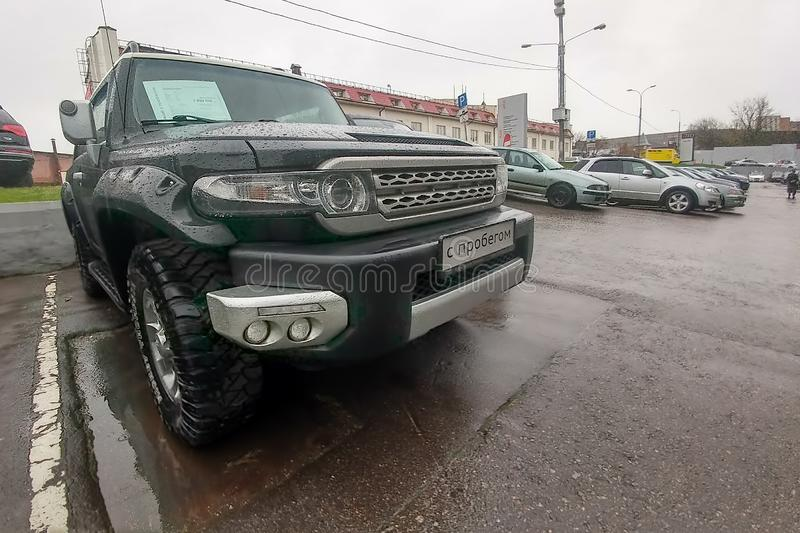 Moscou, Rússia - 7 de maio de 2019: Um cruzador preto de SUV Toyota FJ estacionado na rua Front View imagem de stock