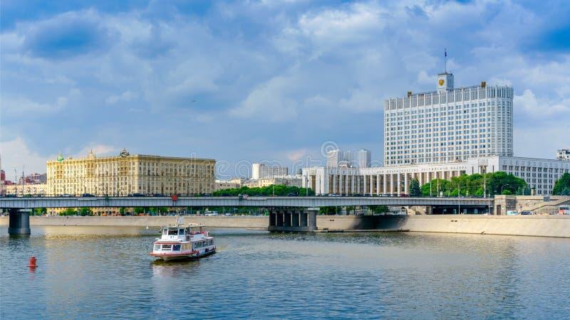 Moscou, Rússia - 26 de maio de 2019: Vista panorâmica da terraplenagem de Krasnopresnenskaya e da casa branca no centro de Moscou imagens de stock royalty free