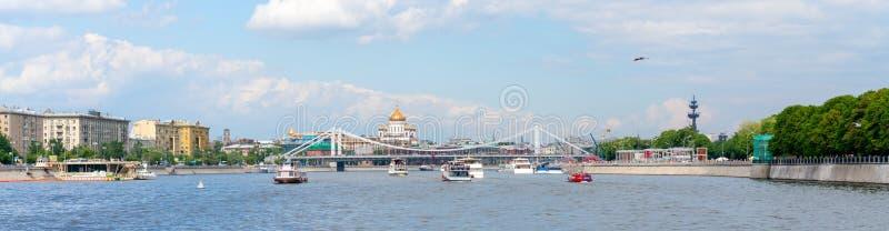Moscou, Rússia - 26 de maio de 2019: Vista panorâmica em um rio de Moscou fotos de stock