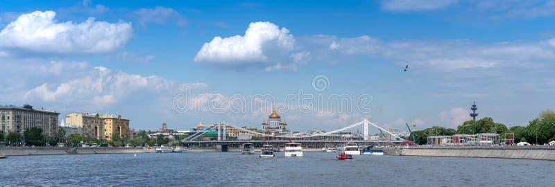 Moscou, Rússia - 26 de maio de 2019: Vista panorâmica em um rio de Moscou fotografia de stock