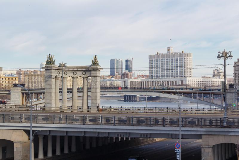 Moscou, Rússia - 25 de março de 2018: Construção da casa do governo da Federação Russa contra o contexto das pontes através do Mo fotos de stock