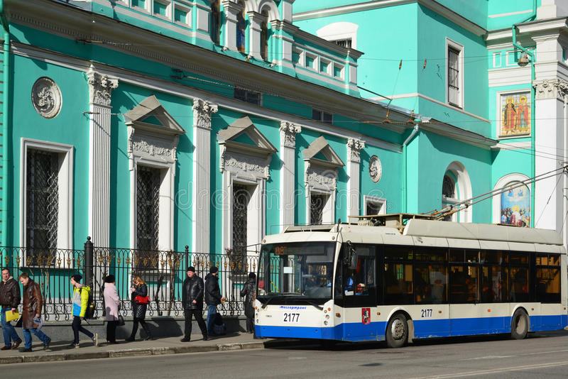 Moscou, Rússia - 14 de março de 2016 Ônibus de trole na parada do ônibus na frente do esmagamento da catedral na rua Spartacus fotos de stock royalty free