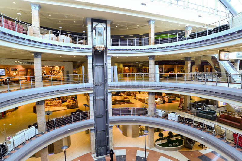 MOSCOU, RÚSSIA - 5 DE MARÇO DE 2015: Complexo de compra interior da mobília grande Shopping da mobília GRANDE - a especialidade a foto de stock royalty free