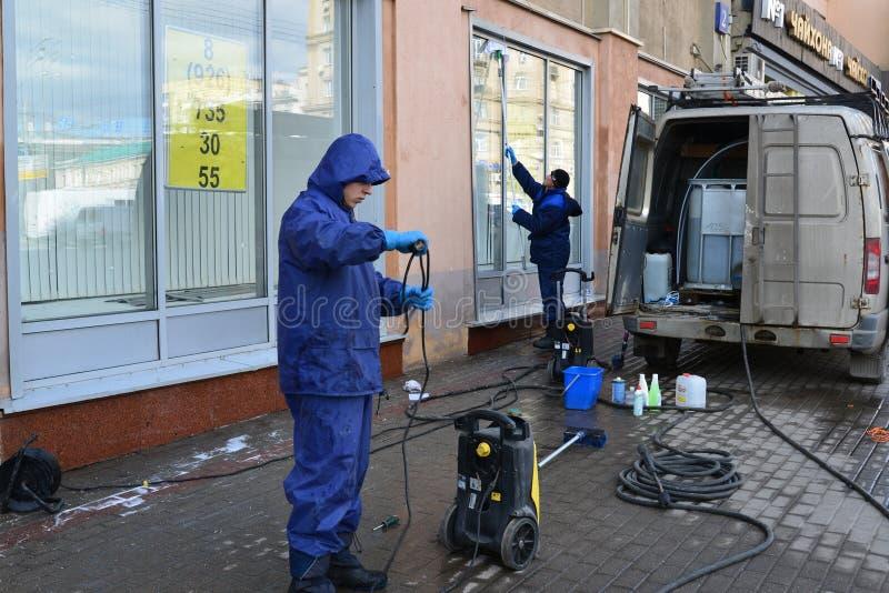Moscou, Rússia - 14 de março de 2016 Líquidos de limpeza de janela no trabalho foto de stock royalty free