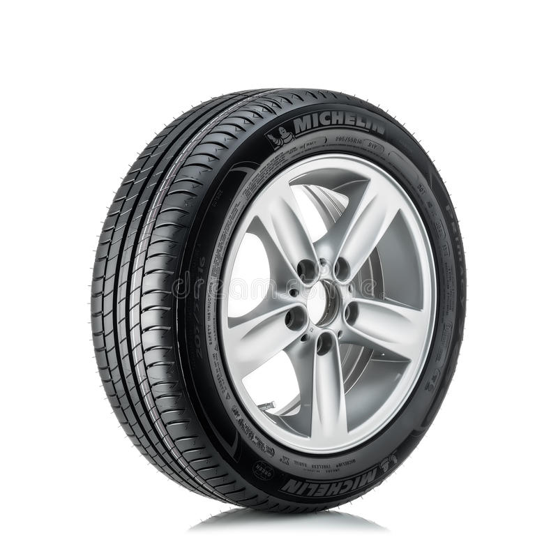 MOSCOU, RÚSSIA - 4 DE MARÇO DE 2016: Primazia 3 205/55 do pneumático do carro do inverno