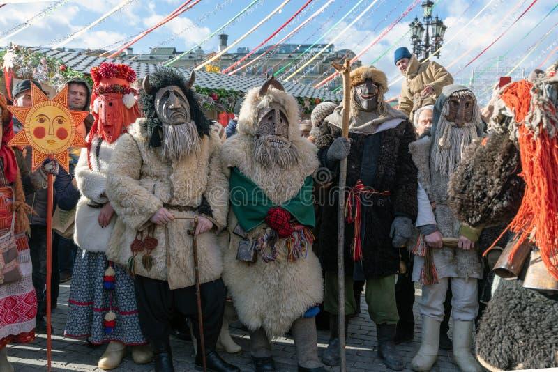 Moscou, Rússia - 9 de março 2019 Homens mascarados durante a celebração de Shrovetide no quadrado de Manezh fotografia de stock