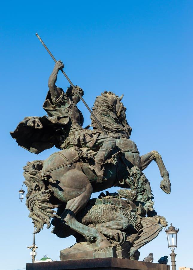 MOSCOU, RÚSSIA - 23 de março 2016 Monumento a George Victorious no quadrado da estação da estação de trem de Leninegrado fotos de stock