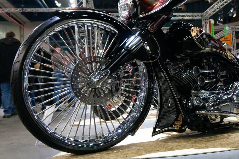 Moscou, Rússia - 17 de março de 2018: A motocicleta roda com pneu, freio e outros acessórios foto de stock