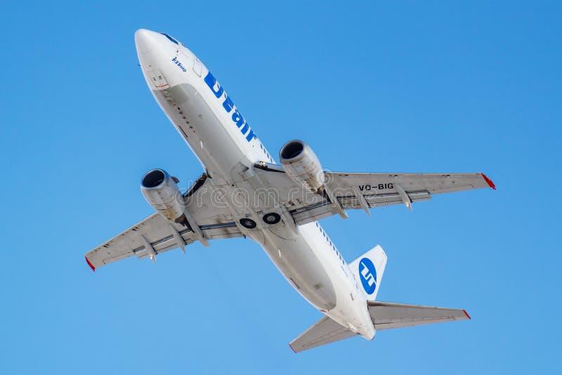 Moscou, Rússia - 20 de março de 2019: O avião Boeing 737-45S VQ-BIG da aviação de UTair decola no aeroporto de Vnukovo em Moscou  imagens de stock royalty free