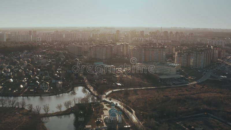 MOSCOU, RÚSSIA - 24 DE MARÇO DE 2020 Vista aérea de edifícios residenciais modernos e habitações de baixo nível no distrito de Go fotos de stock royalty free