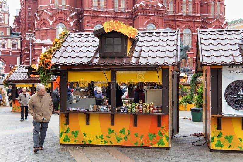 MOSCOU, RÚSSIA - 6 DE OUTUBRO DE 2016: Lojas da rua no centro de Moscou na decoração festiva do outono foto de stock