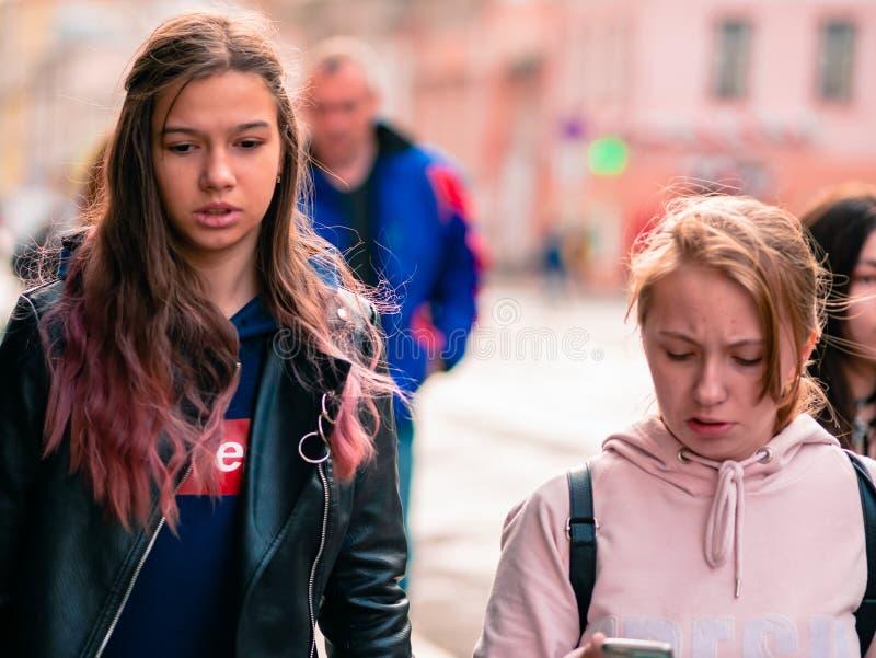 Moscou, Rússia - 19 de outubro de 2019: Uma garota caminha pela rua entre uma multidão de pessoas Passers em segundo plano outono imagens de stock royalty free