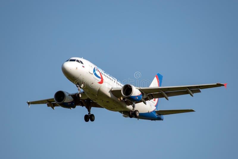 Moscou, Rússia 2 de setembro de 2018: Aeroporto de Domodedovo, aterrissagem de Airbus 319 das linhas aéreas de Ural imagem de stock royalty free