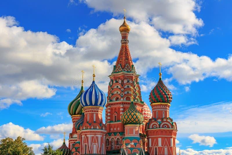 Moscou, Rússia - 30 de setembro de 2018: Cebolas da catedral da manjericão do St em um fundo do céu azul com nuvens brancas foto de stock