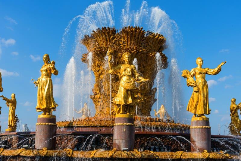 MOSCOU, RÚSSIA - 22 DE SETEMBRO DE 2018: Fonte da amizade dos povos e pavilhão Armênia no VDNKh em Moscou fotografia de stock royalty free