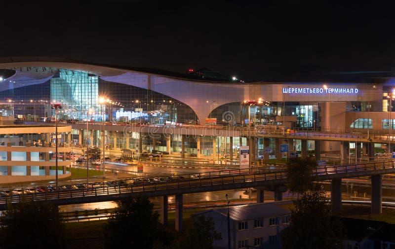 Moscou, Rússia - 24 de setembro de 2016: Ideia da noite do terminal de aeroporto D de Sheremetyevo fotos de stock