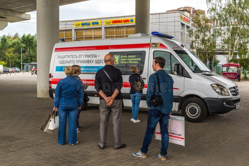 Moscou, Rússia - 15 de setembro 2017 Os Muscovites livram a vacinação contra a gripe em Zelenograd fotografia de stock royalty free