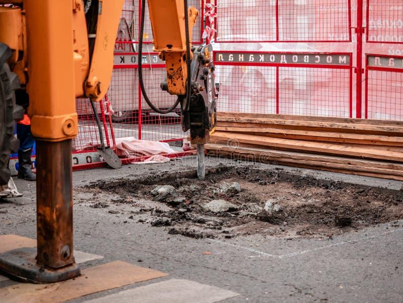 Moscou, Rússia - 14 de setembro de 2019: Uma escavadora com chisel hidráulico remove o pavimento asfalto Carriageway Trabalhos de foto de stock