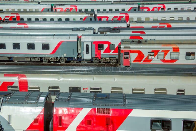 Moscou, Rússia - em abril de 2017 Opinião do verão de Horisontal em trens de passageiros modernos da estrada de ferro do russo imagem de stock