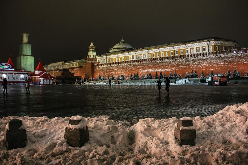 Moscou, Rússia - em dezembro de 2014: Reconstrução da torre de Spasskaya no andaime no quadrado vermelho no inverno imagem de stock