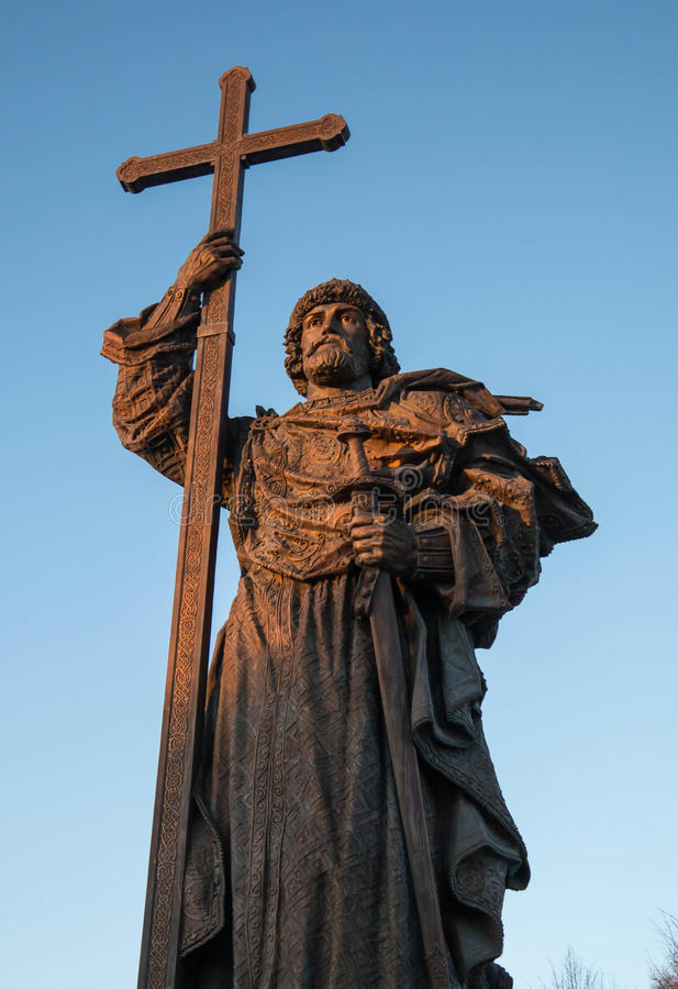 MOSCOU, RÚSSIA - EM FEVEREIRO DE 2017: Monumento ao príncipe santamente Vladimir o grande, quadrado de Borovitskaya perto do Krem foto de stock royalty free
