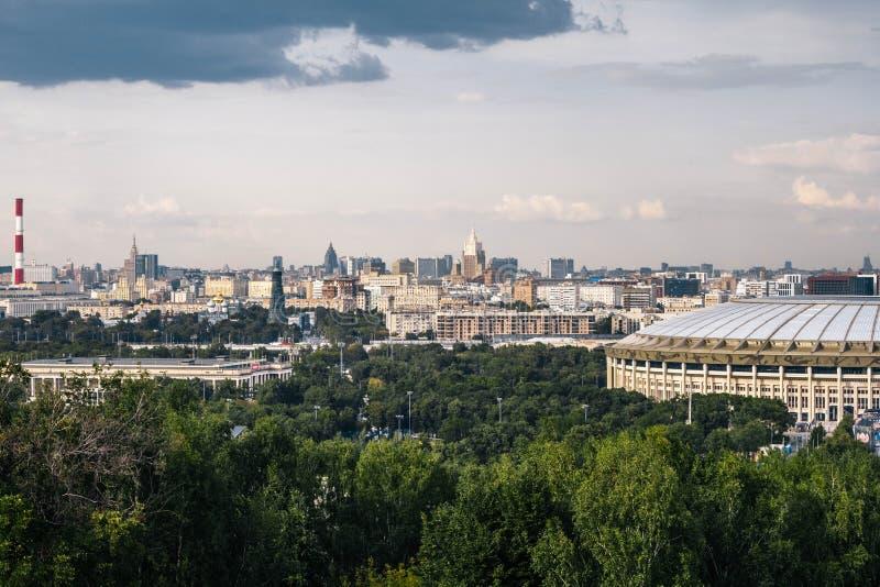 Moscou, Rússia, em julho de 2019: a ideia do estádio de Luzhniki dos montes do pardal Vista panorâmica de Moscou de cima de imagens de stock