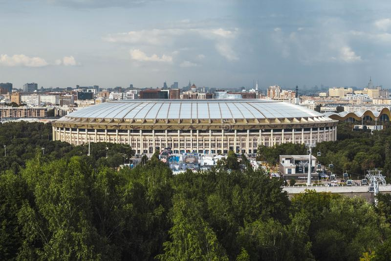 Moscou, Rússia, em julho de 2019: a vista do estádio de Luzhniki e do teleférico dos montes do pardal Vista panor?mico de Moscovo fotos de stock royalty free