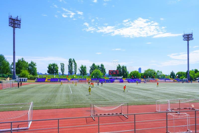 Moscou, Rússia, em junho de 2018: o estádio de futebol do foo com holofotes e a tribuna na cidade estacionam o editorial fotos de stock royalty free