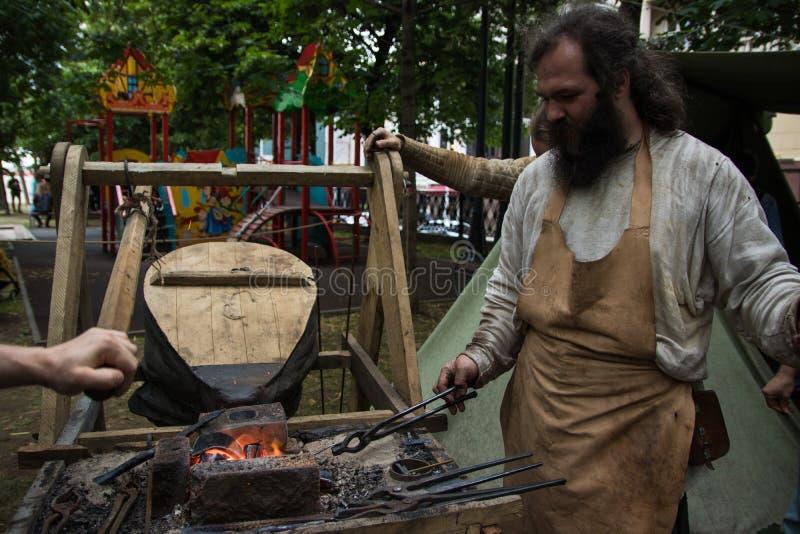 Moscou, Rússia - em junho de 2019: Tempos e épocas históricos do festival Reconstrução da vida e das guerras imagem de stock
