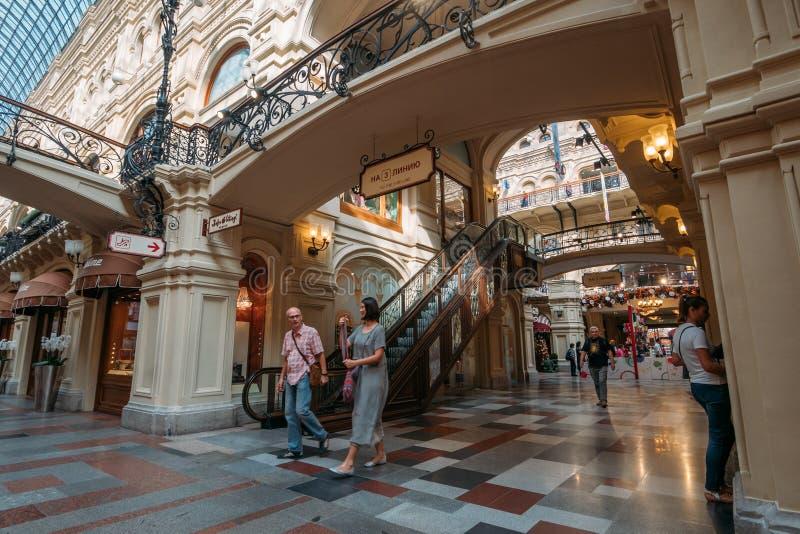 Moscou, Rússia - em setembro de 2018: Interior da GOMA, armazém universal da central de Moscou, grande alameda no centro de Mosco fotografia de stock royalty free