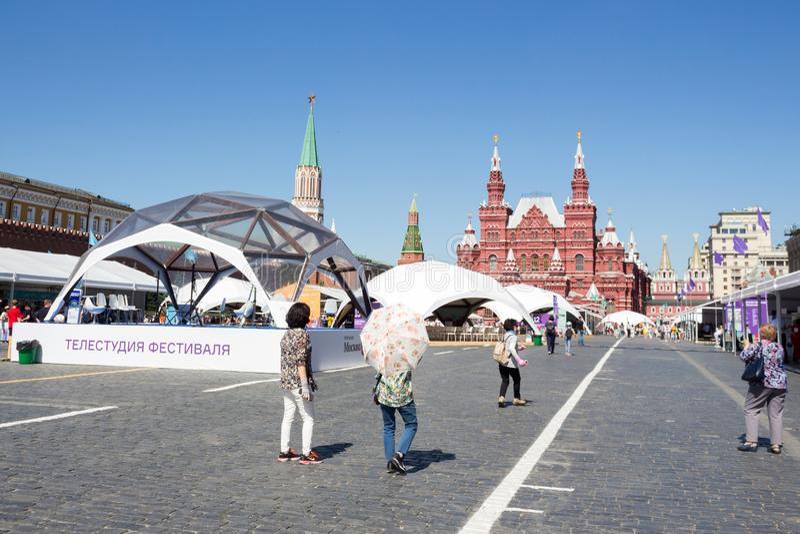 Moscou, Rússia: Feira de livro aberta no quadrado vermelho em Moscou - festival grande dos livros fotografia de stock