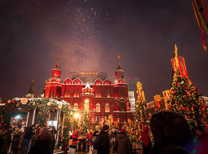 MOSCOU, RÚSSIA JANEIRO: Árvores de Natal decoradas em honra da semana de Shrovetide em Moscou perto do museu histórico do quadrad foto de stock royalty free