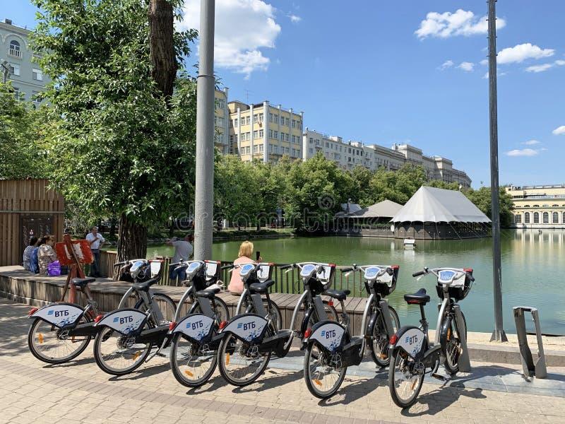 Moscou, Rússia, junho, 20, 2019 Rede alugado em Moscou, estacionamento da bicicleta da bicicleta no bulevar de Chistoprudny no di foto de stock