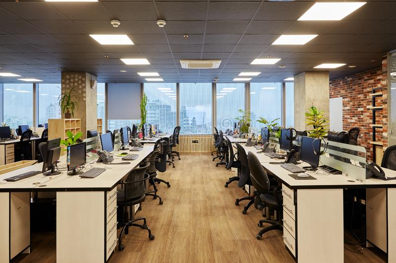 Moscou, Rússia, 02 03 2019: Lugar de trabalho na tabela cinzenta com a cadeira e os lápis vermelhos da flor do verde do laptop de fotos de stock
