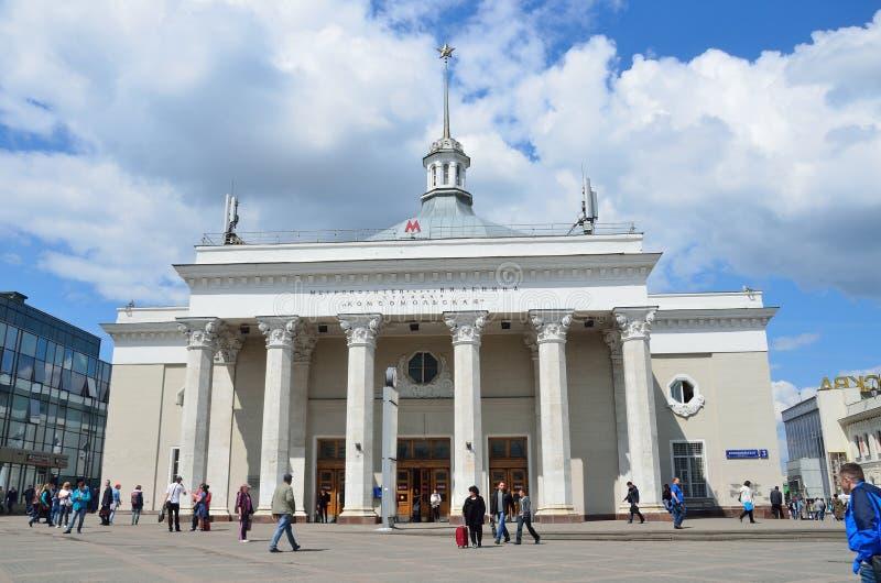 Moscou, Rússia, maio, 19, 2017 Povos que andam perto da estação de metro Komsomolskaya imagem de stock royalty free