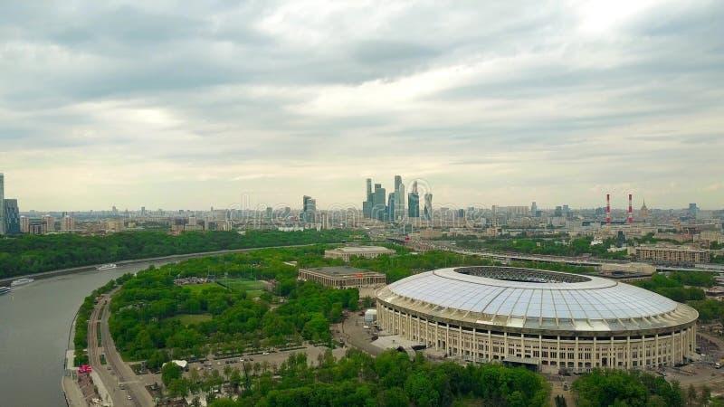 MOSCOU, RÚSSIA - MAIO, 24, 2017 Tiro aéreo da alta altitude do renovado para o estádio de futebol 2018 de Luzhniki do campeonato  fotografia de stock royalty free