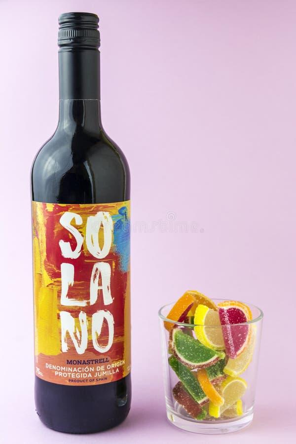 Moscou, Rússia, 23 mercado 2019 Uma garrafa do vinho tinto espanhol Solano em um fundo cor-de-rosa foto de stock