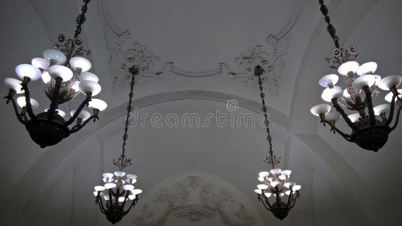 Moscou, Rússia, metropolita, candelabros na estação de metro de Moscou foto de stock