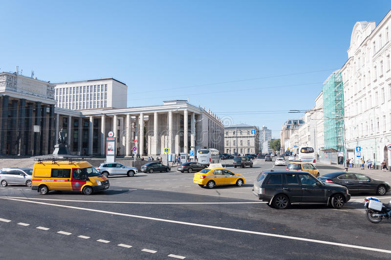 Moscou, Rússia - 09 21 2015 moscow Nome da rua Vozdvizhenka e de biblioteca estadual de Lenin fotografia de stock