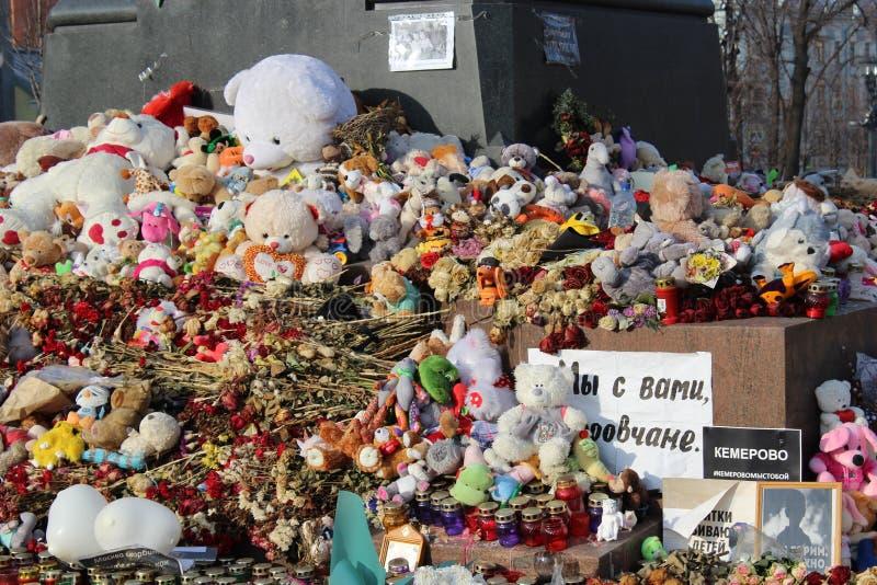 MOSCOU, RÚSSIA, o 6 de abril de 2018, um memorial improvisado àquelas matadas no fogo em Kemerovo fotografia de stock
