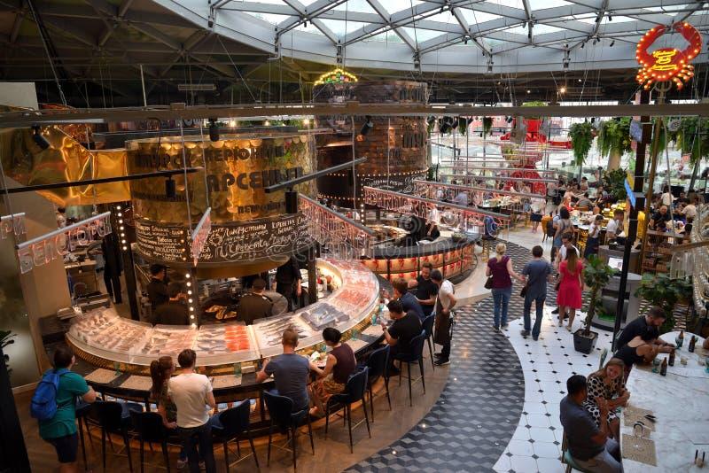 Moscou, Rússia, o 29 de junho de 2018: O centro gastronômico de Zaryadye, moden o mercado do alimento com os nove restaurantes di fotos de stock royalty free