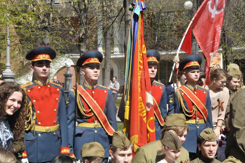 Moscou, Rússia, o 9 de maio de 2018, honrando a grande guerra patriótica por soldados do regimento e dos veteranos de guerra da t foto de stock