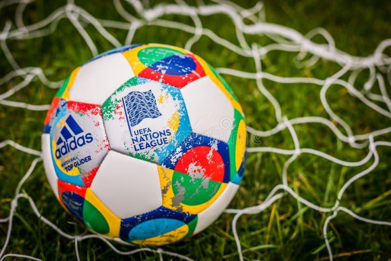Moscou, Rússia, o 7 de outubro de 2018: Liga das nações do UEFA de Adidas, planador oficial da bola do fósforo na grama foto de stock