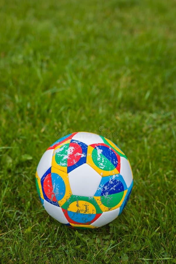 Moscou, Rússia, o 7 de outubro de 2018: Liga das nações do UEFA de Adidas, planador oficial da bola do fósforo na grama imagens de stock