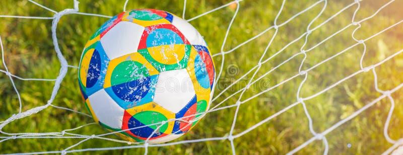 Moscou, Rússia, o 7 de outubro de 2018: Liga das nações do UEFA de Adidas, planador oficial na grama, bandeira da bola do fósforo imagem de stock royalty free